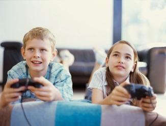 παιδιά παίζουν ηλεκτρονικά_Πινάκιο_pinakio